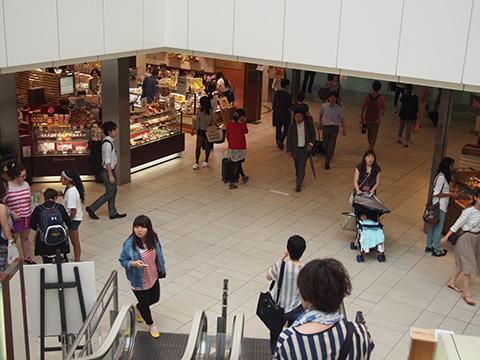 東京の糖分を西へと運ぶ人たち。美味しいお土産を持っていってください。