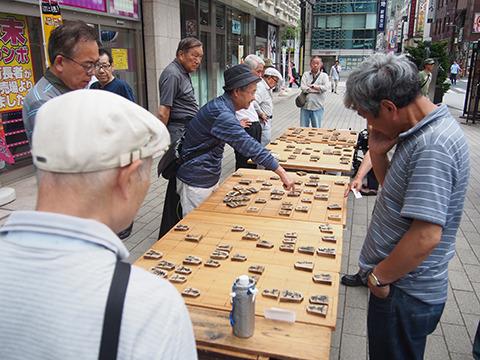 新橋駅前で大きい将棋を指すおじさんたち。甘い物は食べてなかった。