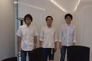 白シャツ、ジーパン、メガネの三人がやってくる