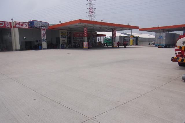 ガソリンスタンドの駐車場がやたら広い