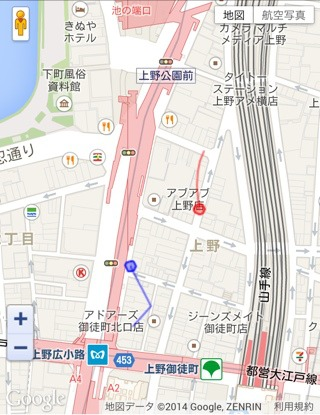 そう来たか!赤が西村さん。青のぼくも道路に降りて中間地点へ向かう。