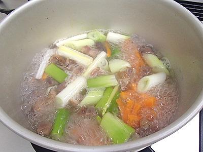 煮込んで調味料で適当に味付け。簡単。
