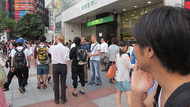 でも、権力にひれ伏すタイプなので、新宿駅東口にきました!