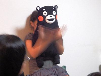 その映像を見て拍手をする熊。