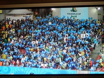 青いゴミ袋を膨らませて応援する日本代表サポーター。試合後に会場でゴミ拾いをしたという話がニュースになったが、この応援用ゴミ袋を使ったようだ。