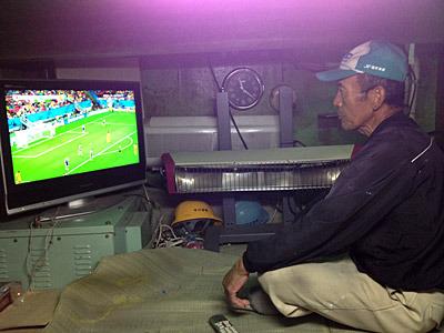 まさか漁船でワールドカップを見ることになるとは思わなかったぜ。