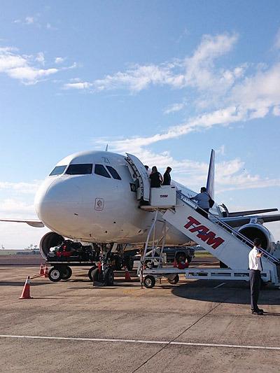 国内なのに飛行機を乗り継がなければたどり着けない。帯広から東京で乗り換えて八丈島に行くくらいの難易度だろうか。