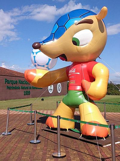 こちらはブラジルワールドカップのキャラクター、Tatu-Bola(タトゥボーラ)。ハナグマではなくミツオビアルマジロだそうです。