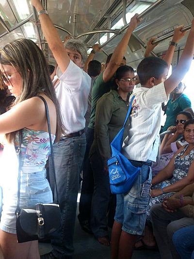 スケジュールがタイトなときのバス移動は、いろいろと難しいみたい (写真はメトロ)。