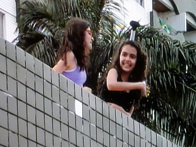 チョンマゲで日本人サポーターに手を振る、ブラジルのサポーターだそうです。バカ殿風。
