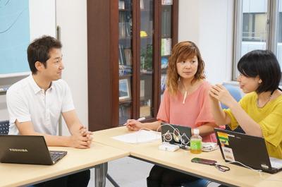 気象予報士の増田雅昭さん(左)、連携を通じて仲良しになりすぎて服が色違いのお揃いっぽくなってるドリタさん(中央)、古賀(右)