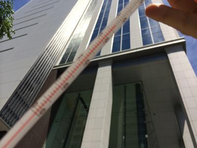 スマホのカメラで計測地の分かりやすい建物と温度計を撮ろうとして、どうにも逆光で温度計にピントが合わないなどありました。投稿は無理に温度計は写りこませなくてもOKですよ