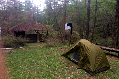 無料のところはテント場と水道、トイレがあるだけだが、それで十分だ