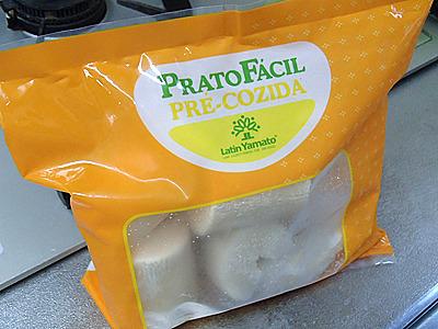 冷凍キャッサバ芋。キャッサバには有毒なものがあり、食べるには下処理が必要。これは下処理済みでそのまま使用可。
