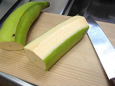 調理用バナナは包丁を使わないと皮が剥けません。そして硬くて生では食べられません。こういう食べ方は無理。