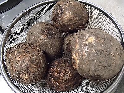 日本にも芋を使った餅のような食べ物に「芋餅」というものがあります。里芋やジャガイモなどを蒸してすり潰し、小麦や片栗粉、米などと混ぜて作ります。里芋とバナナでフトゥバナニ的なものが出来るかもしれない。
