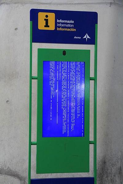スペインのビルバオ空港内のインフォメーション画面がブルースクリーンを出して死んでいた(aceofdiamond さん)