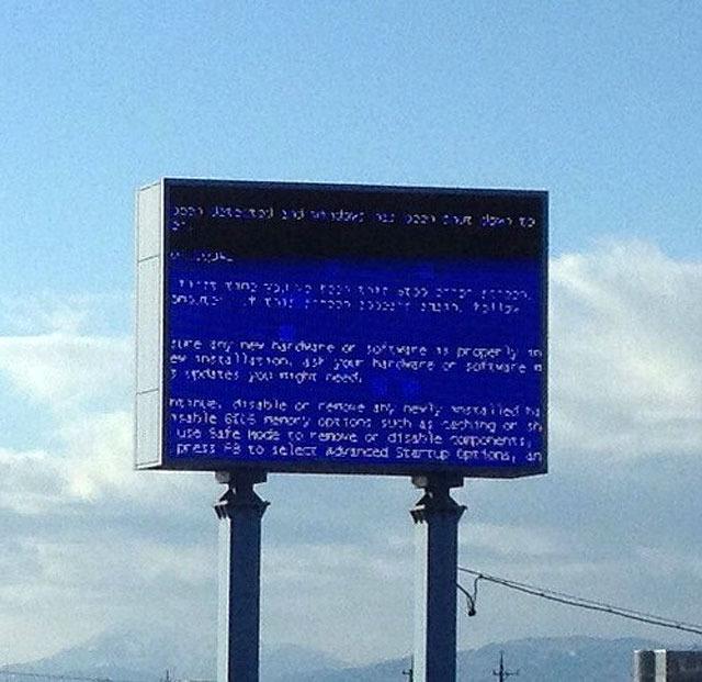 青空に映えるブルースクリーンの写真がありましたので添付します。(メール投稿)日時:2011年12月30日 午後15時頃<br />場所:岐阜県の国道41号線(東海北陸自動車道 各務原IC付近)<br />画面:パチンコ屋さんの看板だと思います。