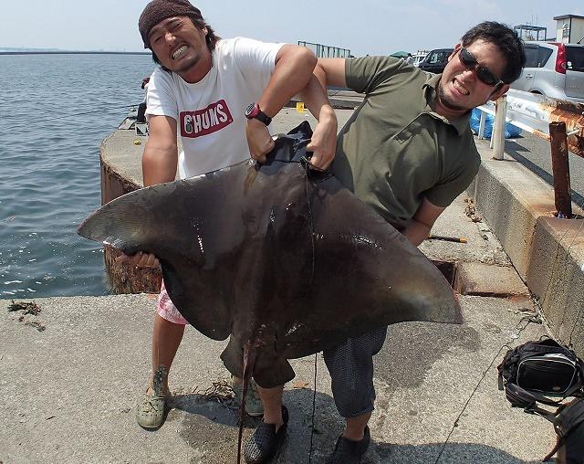 釣り上げた直後の感想は「かっこいい!大きい!」に尽きた。男二人でも持ち上げるのは大変!
