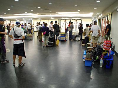 開場を待つ猛者たち。みんな荷物が多いな。