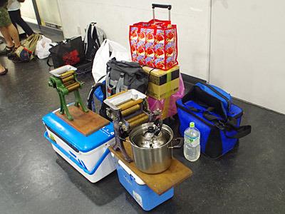 そして我がサークルの荷物の多さがひどい。料理好きが集まっているので、「製麺機だ!」と指を刺されまくる。