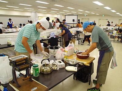製麺機で中華麺を作ったり、うどんを手打ちしたりしている人がいても、あくまでメインは同人誌の即売会だ。