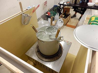 お隣の自作ラーメン本を出したサークルは、業務用の電気コンロを持参!
