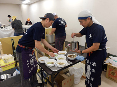 そして前日にラーメン屋で仕込み、万全の態勢で汁無し担担麺を提供していた。プロだ!