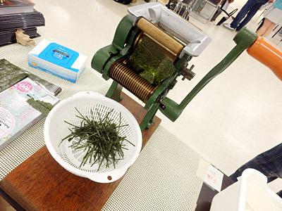 製麺機で海苔を切るパフォーマンスがウケていた。