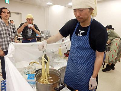 おかげさまでたくさんの注文をいただき、延々とラーメンを作り続ける。テンパりすぎて、スープと間違えて麺を茹でるお湯に醤油を入れてしまった。