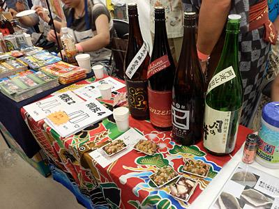 各サークルも、お酒を有料販売したり、本のおまけにしたり、タダで振る舞ったり。