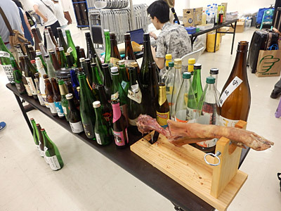 このイベントで消費された酒の空瓶+振る舞われた生ハム原木の残骸。