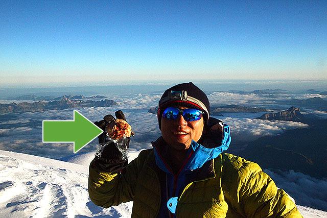 ここがモンブランの山頂。右手に持ってるのがケーキのモンブラン。3.6ユーロ(およそ500円)でした。