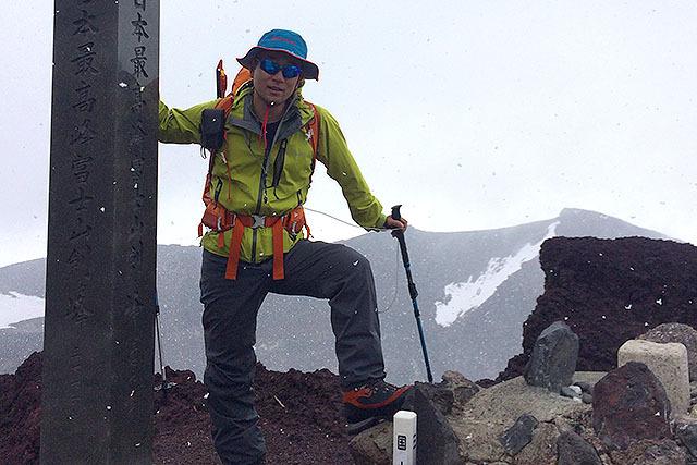 この日は天気が崩れて雪が舞っていた。富士山には何度か登っているが、剣が峰まで登ったのは初めて。