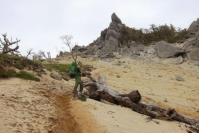 南アルプスは行程がなかなか長いので疲れます。砂浜みたいですが標高は2700mくらい。