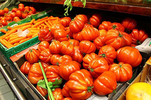 トマトも見た事無い形、大きさである。