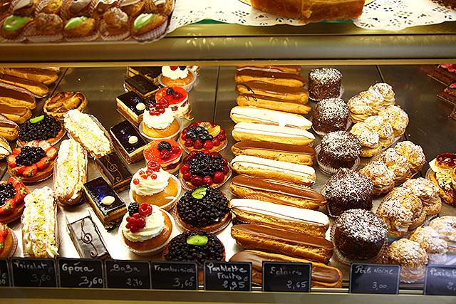 色々と美味しそうなケーキが並んでました。