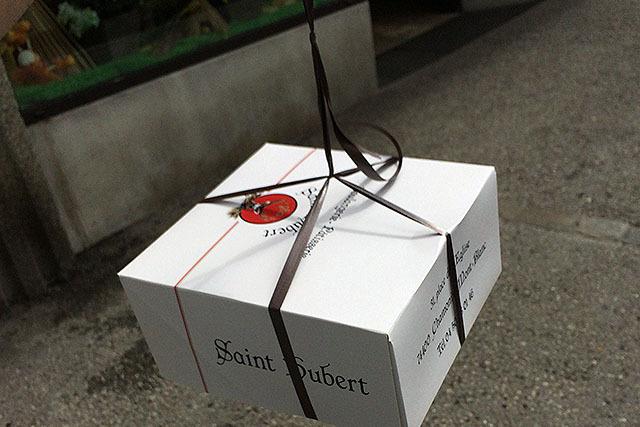 箱は紐で縛ってくれた。酔っぱらいが持つ寿司折りみたいである。