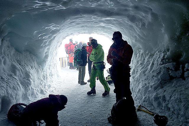 氷のトンネルで準備。