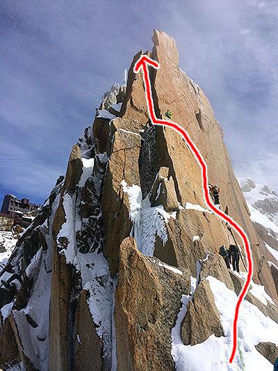 アイゼンの前爪2本が乗るような小さな凹みがあるので、そこに乗り込んで登ります。