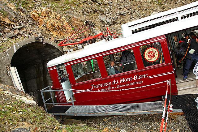 ものすごい斜めに停まるモンブラン鉄道。100周年だそうです。