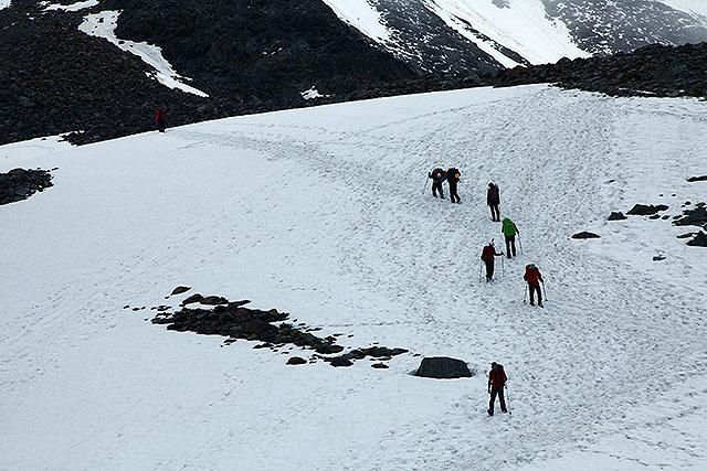 緩やかな雪の斜面を登る。