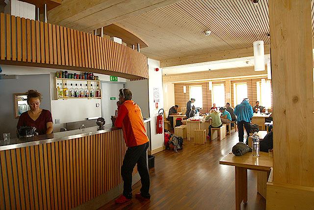 食堂。広くて清潔、なぜか暑い。