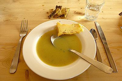 チーズと豆のポタージュ。ワイン飲みたい気もするが、標高が高いとこで酒を飲むと高山病のリスクが高くなるのでやめておいた(ガイドは飲んでたが)。