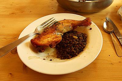鶏肉と、なんか豆を煮たやつ。タンパク質多め、糖質少なめのメニューだ。米かパンが欲しかった。
