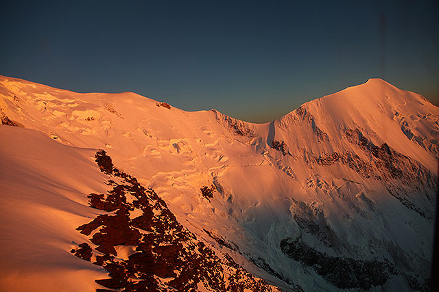 夕日に染まるAiguille de Bionnassay(ビオナセ針峰)方面。