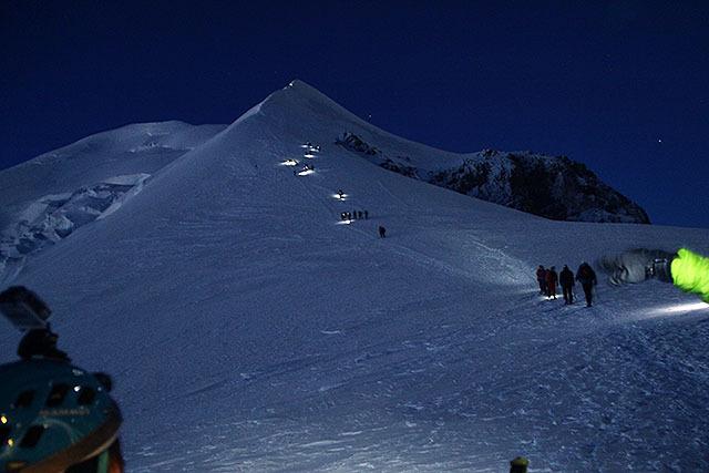 泊まっていた人がみんな出発していく。出来るだけ早く登って早く降りる戦略である。まずはドーム・デュ・グーテを目指す。