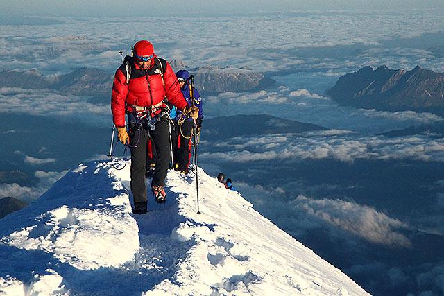 振り返ると、今までの山では見た事ない高度感。空を歩いているようだ。