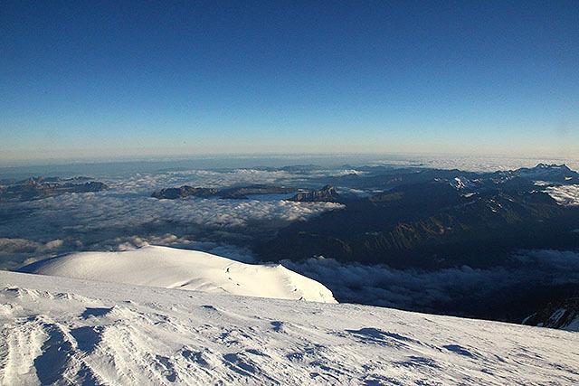 ミニチュアみたいに見える他の山も標高2000mくらいある。