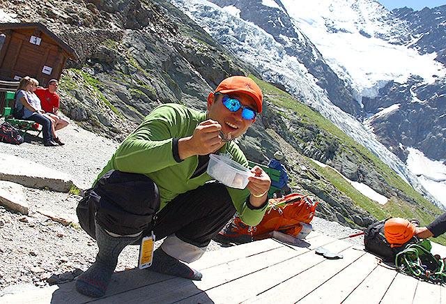 無事降りてきたので、山頂で食べられなかったモンブランを食べます。下山後のスイーツは最高です。